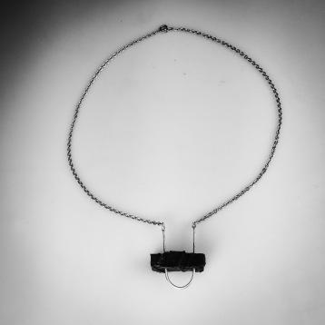Halsband i silver och stenkol